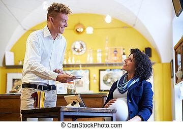 mujer embarazada, bebida, espresso, café, en, barra