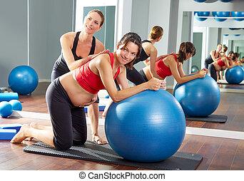 mujer embarazada, pilates, fitball, ejercicio