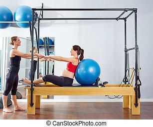 mujer, embarazada, reformer, fitball, pilates, ejercicio