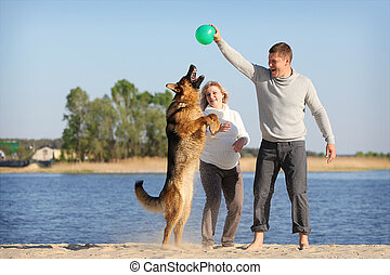 mujer embarazada, y, hombre, con, perro