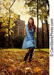 mujer, en, azul, jaket, posar, en, otoño, parque