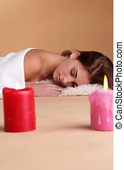 mujer, en, balneario, con, candle-lights