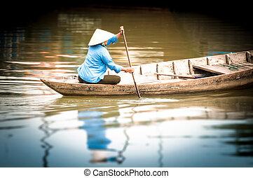mujer, en, barco de madera, en, río, en, vietnam, asia.