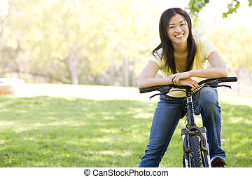 mujer, en, bicicleta, sonriente