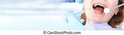 mujer, en, cuidado dental, clínica