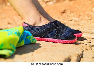 mujer en el agua, zapato