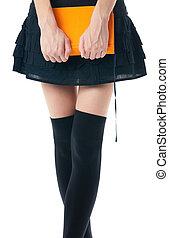 mujer, en, falda, y, medias, con, libro