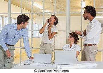 mujer, en, llamada, entre, reunión negocio, en, oficina