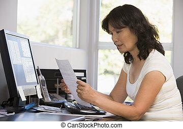 mujer, en, ministerio del interior, con, computadora, y, papeleo