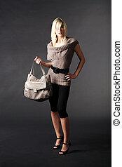 mujer, en, moda, con, bolso