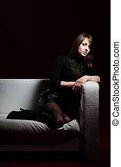 mujer, en, negro, sofá