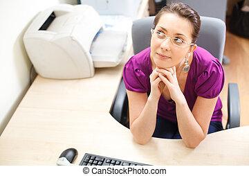 mujer, en, oficina, en, ropas ocasionales