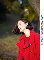 mujer, en, otoño, parque, gozar, día soleado