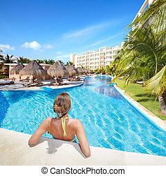mujer, en, piscina, en, caribe, resort.