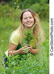 mujer, en, planta de cannabis