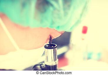 mujer, en, química, laboratorio, con, microscope.