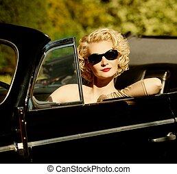 mujer, en, retro, coche