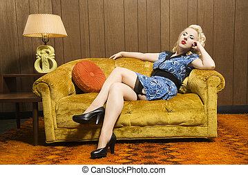mujer, en, retro, couch.
