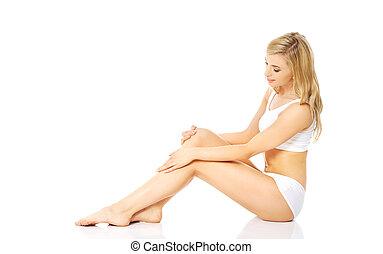 mujer, en, ropa interior, sentado sobre el piso