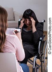 mujer, en, sílla de ruedas, hablar, con, terapeuta