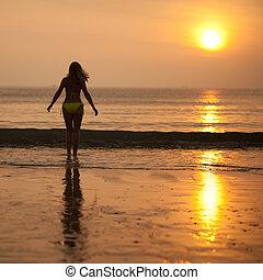 mujer, en, salida del sol, tiempo