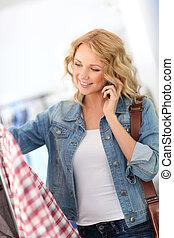 mujer, en, tienda, hablar, con, novia, por teléfono
