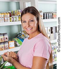 mujer, en, tiendade comestibles