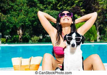mujer, en, verano, divertido, vacaciones, con, perro