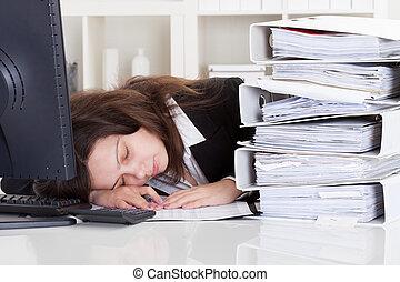 mujer, enfatizado, oficina, sueño