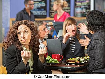 mujer enojada, compañeros de trabajo