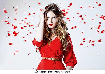 mujer, entre, rosa, magnífico, joven, pétalos, moda, foto, vestido, rojo