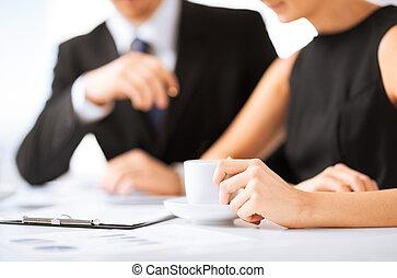 mujer, entregue firmar, contrato, papel