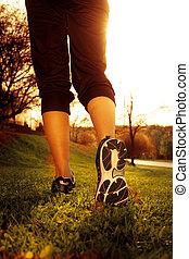 mujer, entrenamiento, corredor, salud, Atleta, condición física, Pies, Funcionamiento, Primer plano, empujoncito, zapato, pasto o césped, concepto, salida del sol