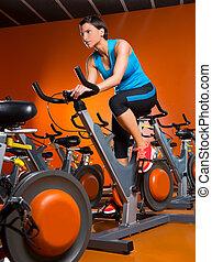 mujer, entrenamiento, girar, aeróbicos, gimnasio, ejercicio