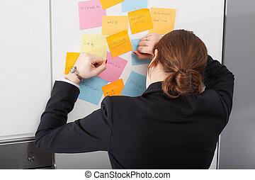 mujer, es, agotado, de, demasiado, diario, tareas