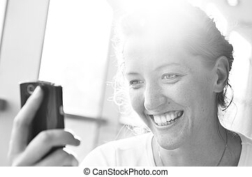 mujer, es, mirar, en, teléfono