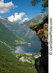 mujer, escénico, borde, excursionista, geirangerfjord, el...