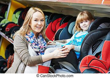 mujer, escoger, asiento del automóvil, con el niño