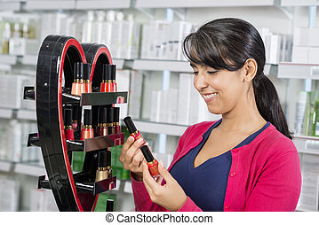 mujer, escoger, esmalte uñas, en, farmacia