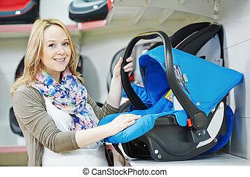 mujer, escoger, niño, asiento del automóvil