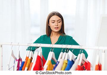 mujer, escoger, ropa, en casa, guardarropa