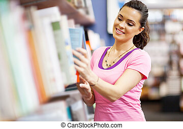 mujer, escoger, un, libro, en, librería