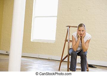 mujer, espacio, escalera, sentado, mirar, aburrido, vacío