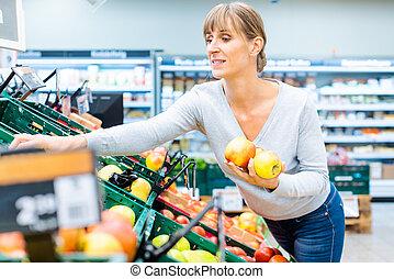 mujer, estante, prueba, supermercado, fruta, fresco