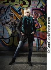 mujer estar de pie, delante de, grafiti, pared