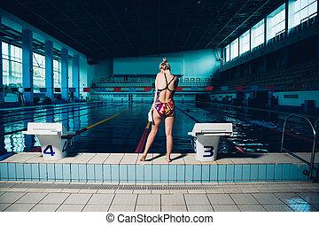 mujer estar de pie, delante de, piscina