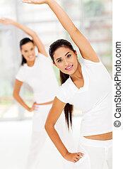 mujer, estira, ella, cuerpo, para, condición física