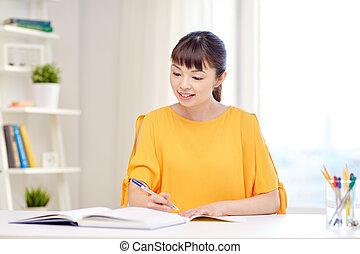 mujer, estudiante, joven, asiático, aprendizaje, hogar, feliz