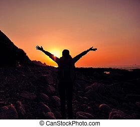 mujer, excursionismo, playa, brazos, aplausos, abierto, salida del sol