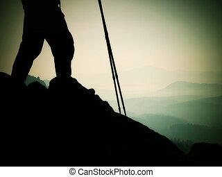 mujer, excursionista, piernas, en, turista, botas, estante, en, montaña, rocoso, pico